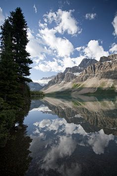 Bow Lake and Crowfoot Mountain, Banff National Park, Alberta, Canada