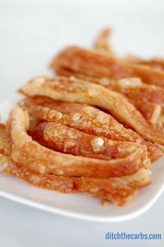 Take a look at how to make crackling the EASY way with NO knives! No more cut fingers. The perfect snack that is LCHF, paleo, Banting, HFLC and low carb. Banting Recipes, Low Carb Recipes, Whole Food Recipes, Cooking Recipes, Recipes Dinner, Healthy Recipes, Crackling Recipe, Perfect Pork Crackling, Party Food Easy Cheap