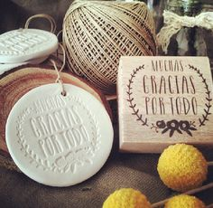 Cómo hacer medallones de cerámica estampados
