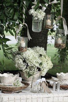 des vases avec des bocaux pour une fête au jardin