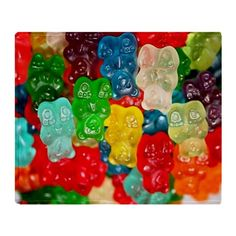 More drunk gummy bears! How to: make vodka spiked gummy bears. Soak a bag of gummy bears in vodka for 3 to 5 days in the fridge. The Gummy Bears will soak it all up! Snacks Für Party, Party Drinks, Fun Drinks, Yummy Drinks, Alcoholic Drinks, Cocktails, Martinis, Drunk Party, Dessert Drinks