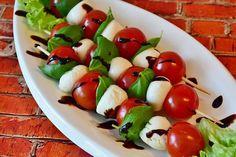 Die Tomaten-Mozzarella-Spieße sind eine leichte mediterrane Vorspeise, die nicht nur in Italien gerne gespeist wird.
