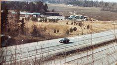 Bild från Rankhussidan av E18 påsken 1983. Notera åker där idag Idrottsplatsen ligger samt Kasmo Industriområde i förgrunden.