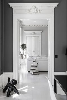 Renovation of an old apartment in black and white design La rénovation d'un appartement ancien en design noir et blanc – PLANETE DECO a homes world - Door Classic Interior, Home Interior Design, Interior And Exterior, Hall Interior, White Apartment, Old Apartments, Luxury Home Decor, Scandinavian Interior, Interior Inspiration