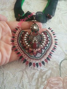 İğne oyasi Beaded Jewelry, Diy And Crafts, Crochet Earrings, Jewels, Embroidery, Beads, Pink, Sequins, Bracelet