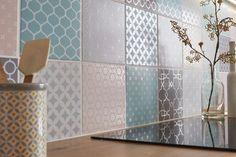 Carrelage mural : comment poser des carreaux sans colle ni poussière. Utilisez par exemple des beaux carreaux dans les tons pastels disponibles chez Leroy-Merlin et posez-les avec la solution Cristalgrip