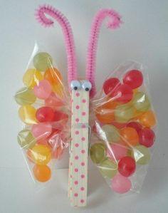 exemple de papillon fabriqué à partir d'un pince à linge et de paquets de bonbons pour les ailes, idée activité manuelle primaire