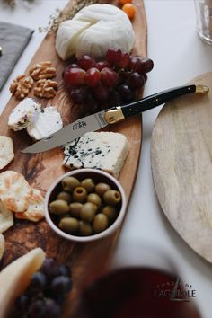 When it comes to putting together cheese boards, the possibilities are manifold. The same goes for our Forge de Laguiole® folding knives. While they are perfect for taking them with you, they also make a great addition to your table (or cheese platter) at home. Visually stunning, handmade - exceptional in every way. #cheese #cheeseboard #cheeseplatter #foldingknife #knife #knives #tablesetting #aesthetic #forgedelaguiole #laguiole #laguioleknife #finedining #madeinfrance #tableware #cutlery