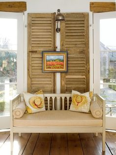 Old shutter decoration ideas are perfect if you want to give your home a touch of shabby chic charm. Old Shutters Decor, Shutter Wall Decor, Wood Shutters, Distressed Shutters, Shutter Designs, Diy Home Decor For Apartments, Old Doors, Shabby Chic Furniture, Backsplash
