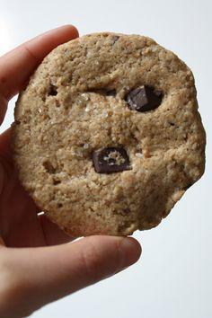 """Da jeg første gang smagte en chokolade med havsalt faldt jeg pladask for kombinationen. Det modsætningsfulde i det søde og det salte satte noget i gang, som var helt unikt. Faktisk var det nok nærmere noget komplementært de bød på. I hvert fald er jeg nu stor tilhænger af chokolade og salt sammen, og derfor var det også oplagt at jeg, da jeg forleden fik stor lyst til at bage cookies, valgte at blive inspireret af Mama Pea'sopskrift på """"Homestyle Chocolate Chip Cookies with Sea Salt"""" fra…"""