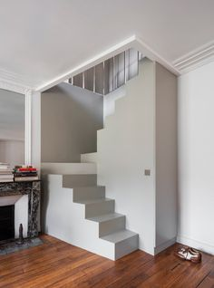 Apartment S, 80 duplex in the Marais in Paris by Régis Botta – Journal du Design - Modern Small Space Staircase, Loft Staircase, Modern Staircase, Staircase Design, Spiral Staircases, Stairs In Small Spaces, Stairs To Attic, Tiny House Stairs, Building Stairs