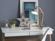 Simpel im Design und umso größer die Wirkung. Nun steht nächtlichen Lesemarathons oder Gruselgeschichten-Abenden nichts mehr im Weg, dank dieser Tischlampe. Die graue Leuchte, welche mit einen Metalllampenschirm Ihren Raum erhellt, vertreibt als zuverlässliche Bettlampe sicherlich alle bösen Geister. Eine stabile Metallbasis erlaubt es der Leselampe, die restlichen Holzelemente in jede gewünschte Position zu verbiegen. Metal, Decoration, Vanity, Dining Table, Mirror, Furniture, Home Decor, Products, Cabo