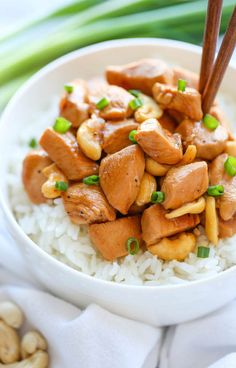 Slow Cooker Cashew Chicken - A Chinese takeout favorite made right in your crockpot. All you need is 10 min prep. Doesn't get easier or healthier than that!