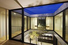 El estudio japonés Apollo Architects de Satoshi Kurosaki es el artífice de esta casa-patio minimalista, ubicada en la ciudad de Tokyo. Shift House presenta un exterior compacto, dividido en dos volúmenes, diferenciados por su disposición, dimensiones, acabados y colores, y …