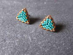 Pendientes triángulares de miyuki color verde y bronce - Triangle Miyuki earrings in green and bronze