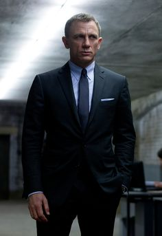Daniel Craig filming SKYFALL in TOM FORD O'Connor charcoal suit w/light blue ropestripe. Light blue-gray tab collar shirt, matching pocket square, and charcoal neat pattern tie, all by TF. Daniel Craig James Bond, Daniel Craig Skyfall, Daniel Craig Suit, Daniel Craig Style, Terno James Bond, James Bond Suit, Bond Suits, James Bond Style, Navy Suits