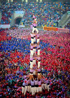 Castellers in Tarragona Places Around The World, People Around The World, Around The Worlds, Tarragona Spain, Spanish Festivals, Monuments, World Festival, Iberian Peninsula, Spanish Culture