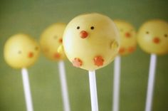 I love all of these adorable Easter cake pops by Bakerella . Learn how to make the cute little sheep here . Cake Pop Holder, Yummy Treats, Sweet Treats, Easter Cake Pops, Chicken Cake, Cake Pop Stands, Bakerella, Painted Wine Bottles, Food Humor