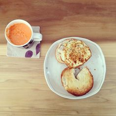 looks so yum.. fresh carrot/apple/cara cara orange juice w/ garlic egg & bagel.