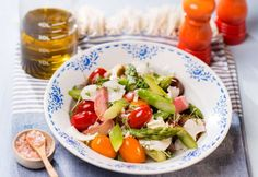 Foto: Mona Lorenz Rhabarber-Spargelsalat Caprese Salad, Cobb Salad, Sauce Hollandaise, Mona, Best Asparagus Recipe, Rhubarb Recipes, Easy Meals, Chef Recipes, Insalata Caprese