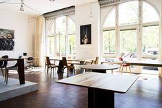 Massivholz Tische von MBzwo - in unserem Showroom in Berlin.