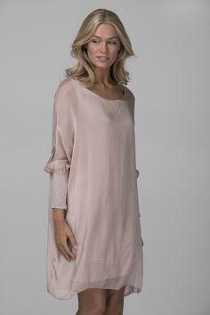 Klänning i rak modell med muddar på ärmarna Material: Silke/viscose