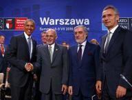 Pese a la fatiga, aliados OTAN se comprometen a financiar a fuerzas Afganistán hasta el 2020  http://lta.reuters.com/article/worldNews/idLTAKCN0ZP0IV?sp=true  El presidente estadounidense Barack Obama se da la mano con el presidente afgano Ghani, junto al secretario general de la OTAN Stoltenberg y al presidente del ejecutivo de Afganistán Abdullah, en la cumbre de la OTAN en Varsovia