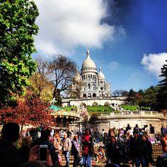 Der Montmartre-Hügel lädt zum Bummeln ein. Entdecke junge Kreateure in den zahlreichen Ateliers und Concept Stores und den Strässchen nahe der Place des Abbesse, oder besuche die fantasievollen Läden in der Rue Houdon. Auf keinen Fall verpassen solltest du ausserdem die Modeszene zwischen der Rue de la Goutte d'Or und Rue Myrrha.