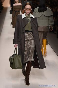 Fendi Fall 2018 Ready-to-wear Milan Collection - Vogue Fashion 2018, Work Fashion, New Fashion, Trendy Fashion, Womens Fashion, Fashion Design, Ladies Fashion, Fashion Styles, Men's Casual Fashion Tips