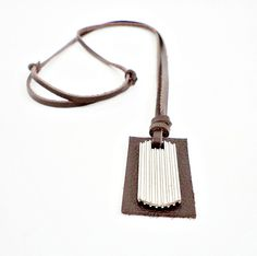 Colar masculino couro legítimo na cor marrom café, pingente placa metal e couro.