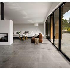 Die Bodenfliese von Ascot aus der Serie Limewalk, in der außergewöhnlichen Farbe Grey, beeindruckt durch eine an Naturstein erinnernde Fläche, welche Ruhe und Gelassenheit ausstrahlt. Die Oberfläche ist matt und unglasiert und personalisiert jede Art von Einrichtung. Durch die Rutschfestigkeit der Fliese vereint sie somit nicht nur die natürliche Schönheit mit technischen und funktionellen Leistungen des Feinsteinzeugs, sondern vermittelt auch ein Gefühl von Sicherheit in jedem Raum…