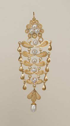 18kt gold filigree palm-paisleys with white freshwater pearl centers cascade in five tiers in this traditional Ecuadorean design. One of our most elaborate styles, it was worn by Selma Hayek as she promoted her movie 'Frida Kahlo.' See photos on our media page. Clasp Style 1 7.5 cm