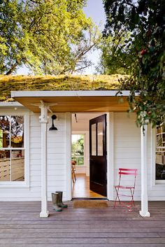 Sustainable Family Dream Crib: The Tiny House by Jessica Helgerson - http://freshome.com/sustainable-family-dream-home-the-tiny-house-by-jessica-helgerson/