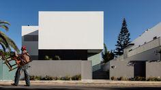 Esta fachada sin ventanas esconde una casa con muchísima luz y favorece la privacidad de sus habitantes https://www.dezeen.com/2017/01/21/villa-agava-driss-kettani-windowless-facade-architecture-casablanca-morocco-residential/