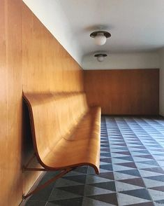 From the wall, straight to seating in these waiting rooms at Trons Kapell designed by Swedish architect Gunnar Asplund. Curved Wood, Curved Walls, Curved Bench, Casa Mix, Interior Architecture, Interior And Exterior, Bank Interior Design, Bauhaus Interior, Diy Wanddekorationen