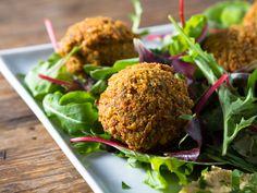 """Une recette qui rappelle les """"falafel"""", mais sans pois chiches ni friture. La cuisson à basse tempéraure permet de préserver les nutriments."""