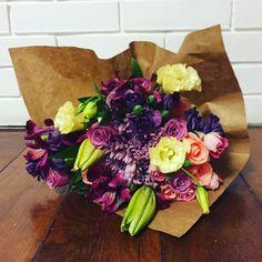 Bouquet com lírios, rosas e crisantemos. #adoravelsurpresa #presente #flores #flowers #bouquet #flowershop #gift