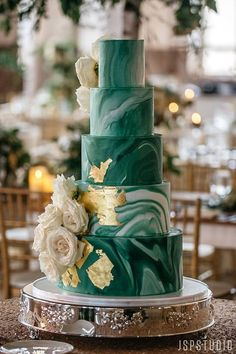 A Vintage Wedding that Rivals A Royal Garden Party - - Emerald Green and Gold Foil wedding cake with white roses Best Wedding Colors, Wedding Color Schemes, 5 Tier Wedding Cakes, Green Wedding Cakes, Green Wedding Themes, Vintage Wedding Cakes, Wedding Shoes, White And Gold Wedding Cake, Green Wedding Decorations