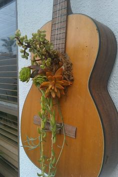 Guitar with succulents! Guitar Art Diy, Guitar Wall Art, Music Studio Room, Ideas Prácticas, Bohemian Bedroom Decor, Backyard Paradise, Music Decor, Eclectic Decor, Plant Holders
