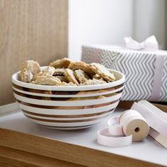 Invite Christmas inside with the iconic and elegant golden Omaggio stripes. The ceramic bowl goes perfectly with Christmas treats, homemade cookies and fresh, sweet oranges.