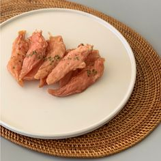 바르다펫 치킨안심육포는 국내산 닭안심을 사용하여 건조시킨 치킨안심입니다. 닭안심은 일반 닭가슴살에 비해 육질이 부드럽고,  촉촉하게 건조시켜냈기 때문에 어린강아지나 노견들도 쉽게 먹을 수 있는 간식입니다. 닭 안심은 고단백 저지방 식품에 속하여 다이어트 간식으로도 좋습니다. 또한 기력회복이나 근육을 형성하는 단백질이 다량 함유되어있기 때문에 단백질원을 충족시킬  수 있는 간식으로 좋습니다.  #강아지수제간식 #치킨안심져키 #치킨저키 #강아지져키 #강아지져키간식 #강아지치킨간식 #강아지한입간식 #강아지영양간식 #바르다펫 #바르다펫수제간식#storebom #freshbom #petfood #petmeal #petsnack