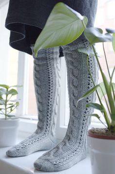 PITKÄT PALMIKKOSUKAT - OHJE Cable Knit Socks, Crochet Socks, Wool Socks, Knitting Socks, Knitting Charts, Knitting Patterns, Knee Socks, Mittens, Combat Boots
