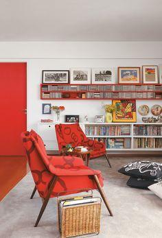 Adorei essas quadros lá em cima, encostados na parede. Pode ficar em cima da parede da TV!