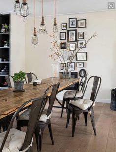 Le mélange de bois et d'élément industriel est un classique depuis toujours! Les chaises Tolix, en métal brossées, sont adoucies par un coussin en lin'de couleur beige. (photo_web: planète-déco)