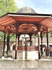 A visit to the famed Gazi Husrev Bey Mosque in Sarajevo, Bosnia   #bosnia #sarajevo #bosniatravelguide #shershegoes
