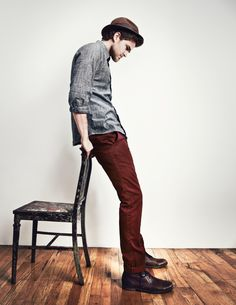 Love the maroon pants and the laid back style of this look Maroon Outfit, Maroon Pants, New Outfits, Stylish Outfits, Summer Outfits, Dapper Dan, Engagement Outfits, Laid Back Style, Men Looks
