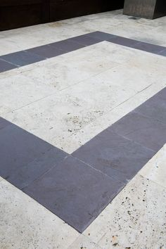 Slate detailing in the travertine patio pulls the focus to the centre of the space #travertine #courtyard #slate #moderncourtyard