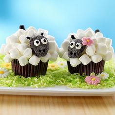 Easter Lamb Cupcakes: mini marshmallows, black gumdrop, & black string licorice to decorate  #easter #lamb