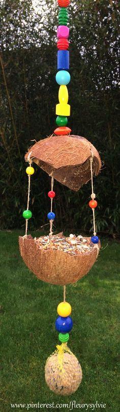 Une mangeoire pour les oiseaux bricolée avec les enfants. Noix de coco, perles en bois et ficelle. #bricolage #hiver #enfant http://pinterest.com/fleurysylvie/mes-creas-pour-les-kids/ et www.toutpetitrien.ch
