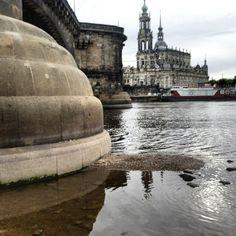 am Fuß der Augustusbrücke mit Blick auf die Kirche